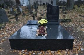 Kapo dengimas plokštėmis Rasų kapinėse