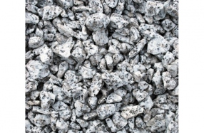Taškuota granito skalda kapams